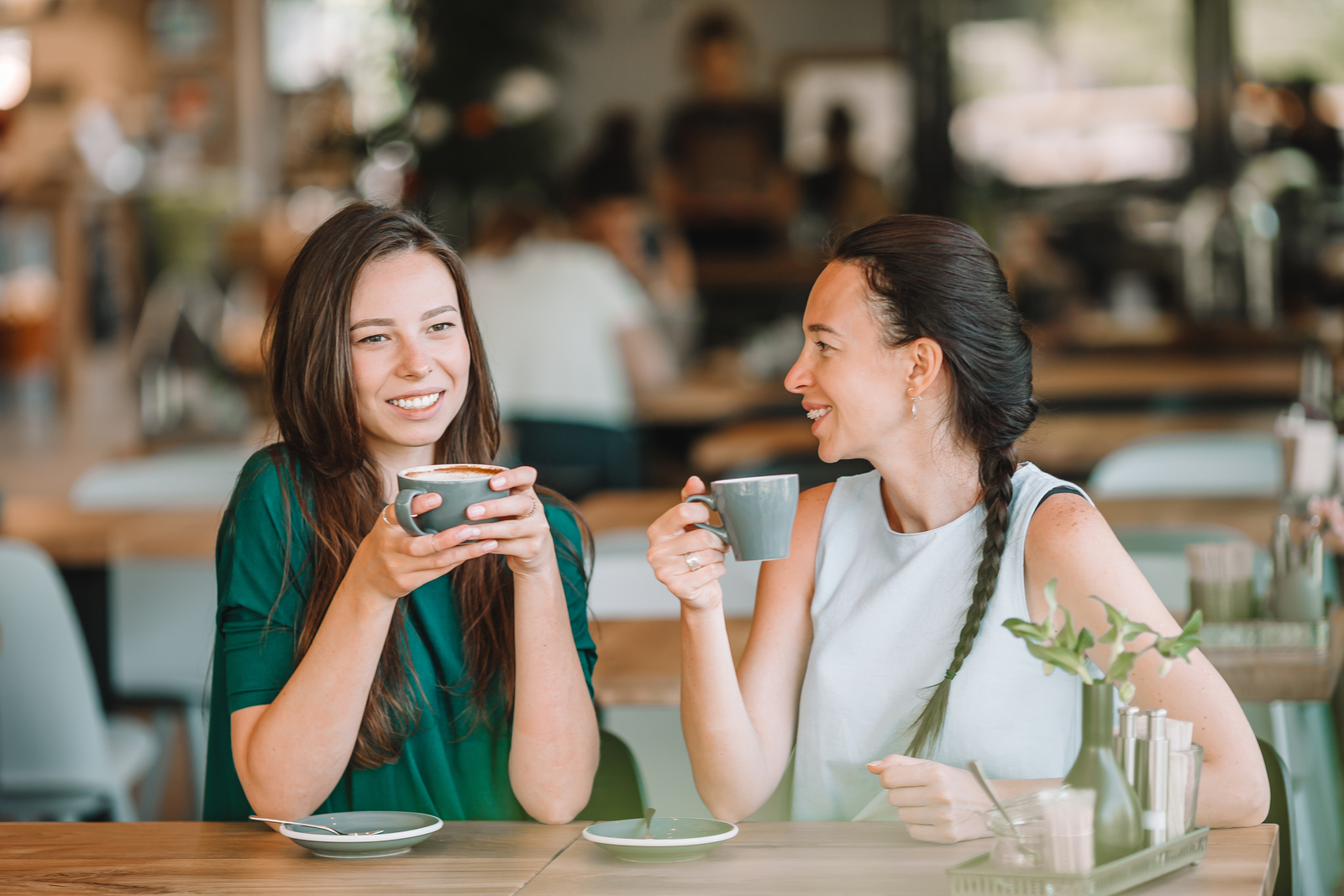 https://www.desocialmediatraining.nl/wp-content/uploads/30437572_happy-smiling-young-women-with-coffee-cups-at-cafe.jpg